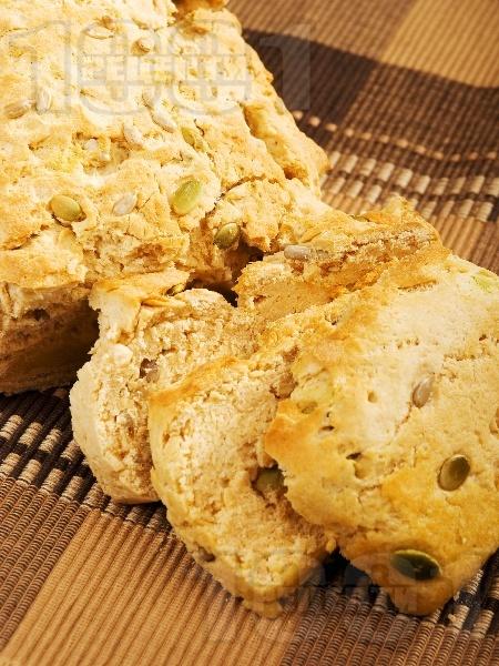 Типов хляб с тиквени и слънчогледови семки - снимка на рецептата